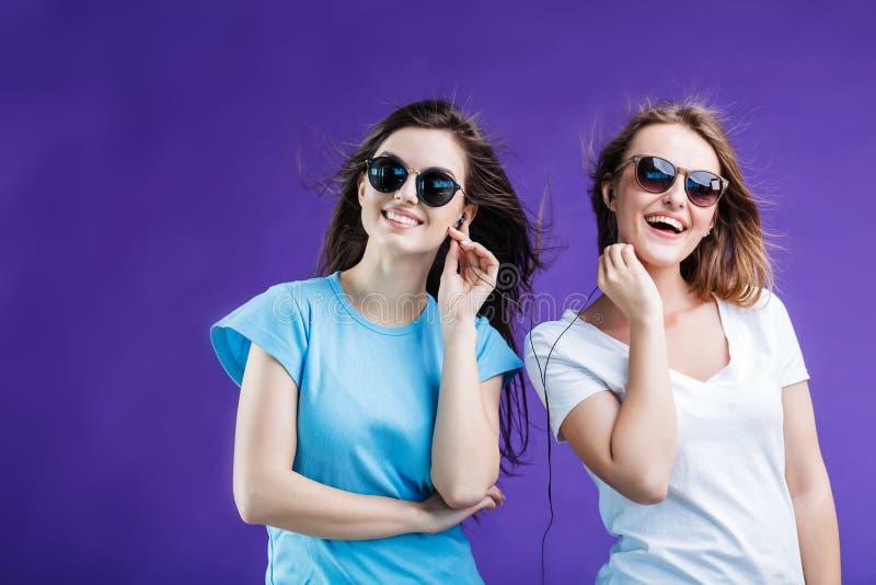 Meninas que escutam a música imagem de stock