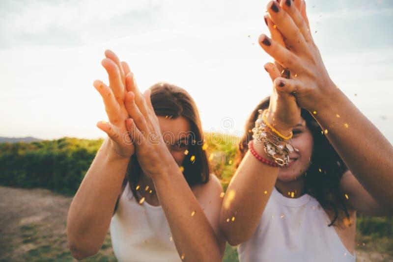 Meninas que espalham o brilho foto de stock royalty free