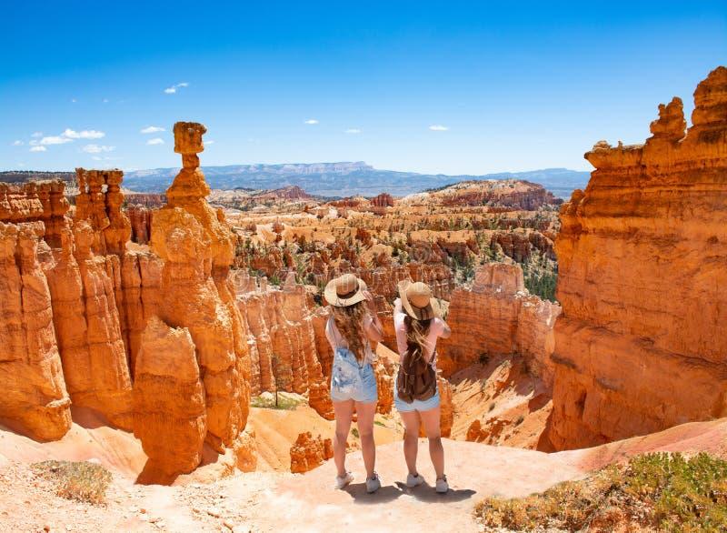 Meninas que estão sobre a montanha que olha a vista bonita fotos de stock