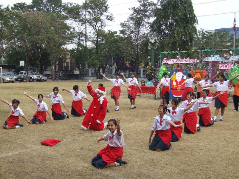 Meninas que executam para o Natal da escola, Tailândia. foto de stock