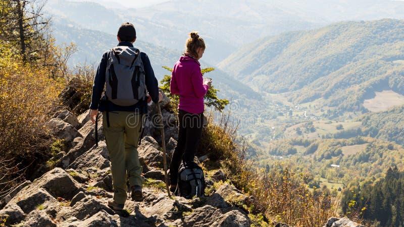 Meninas que exploram as montanhas romenas em um dia morno do outono foto de stock royalty free