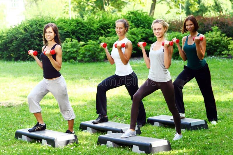Meninas que fazem exercícios da aptidão foto de stock royalty free