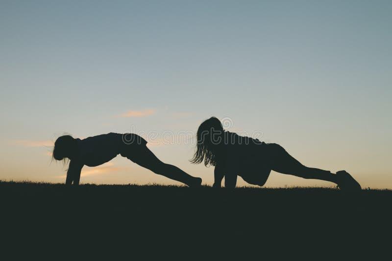 Meninas que fazem flexões de braço fotos de stock royalty free
