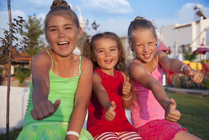 Meninas que fazem o sinal aprovado foto de stock royalty free