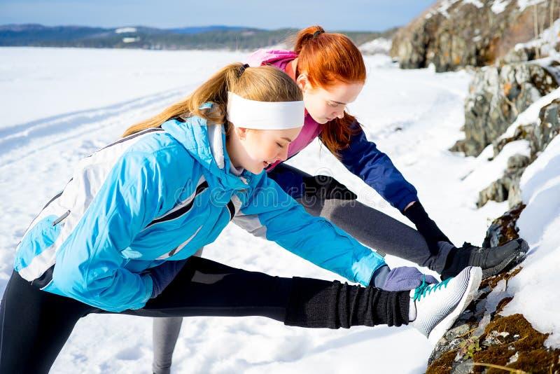 Meninas que fazem pilates imagens de stock