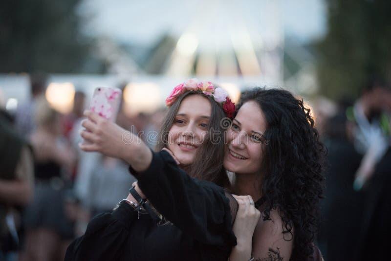 Meninas que fazem um selfie no festival de música fotografia de stock