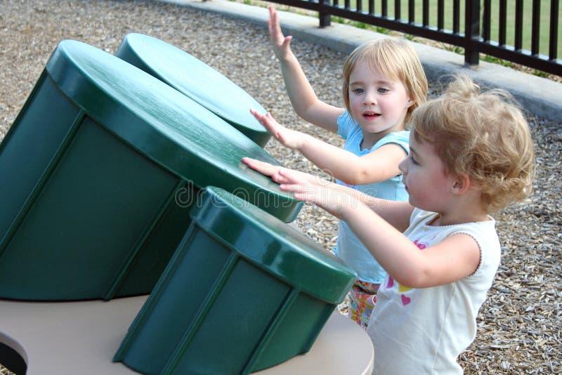 Meninas que jogam cilindros fotografia de stock