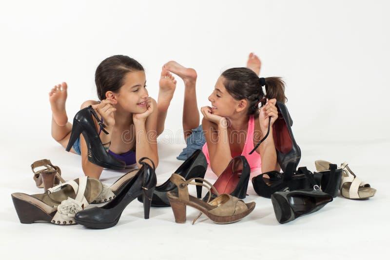 Meninas que jogam com as sapatas da mamã foto de stock royalty free