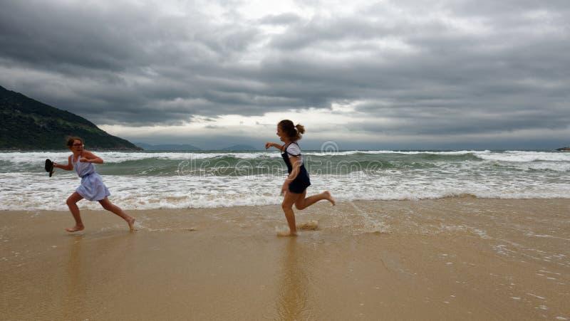 Meninas que jogam na praia, Da Nang, Vietname imagens de stock royalty free