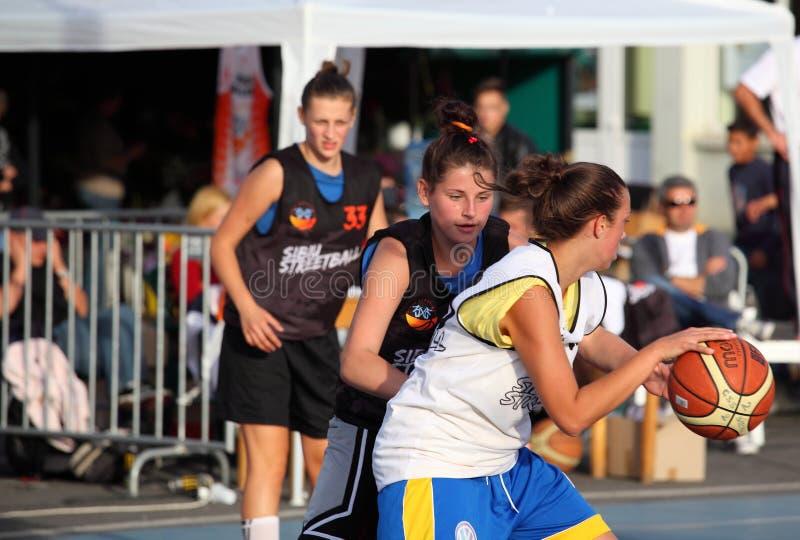 Meninas que jogam o basquetebol foto de stock royalty free
