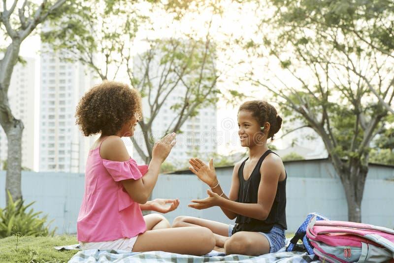 Meninas que jogam o bolo do rissol foto de stock royalty free