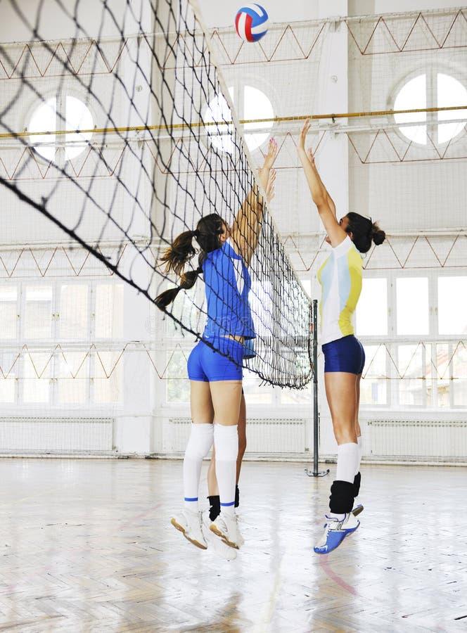 Meninas que jogam o jogo interno do voleibol foto de stock