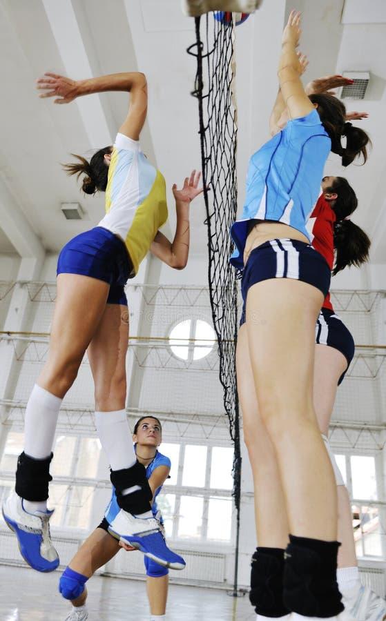 Meninas que jogam o jogo interno do voleibol fotografia de stock