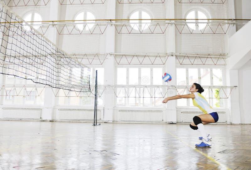 Meninas que jogam o jogo interno do voleibol imagens de stock royalty free