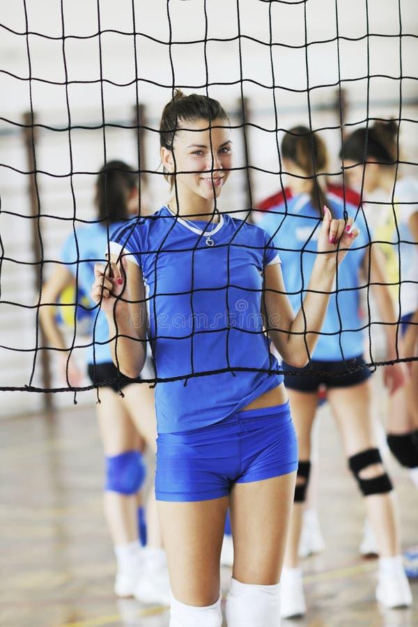Meninas que jogam o jogo interno do voleibol foto de stock royalty free