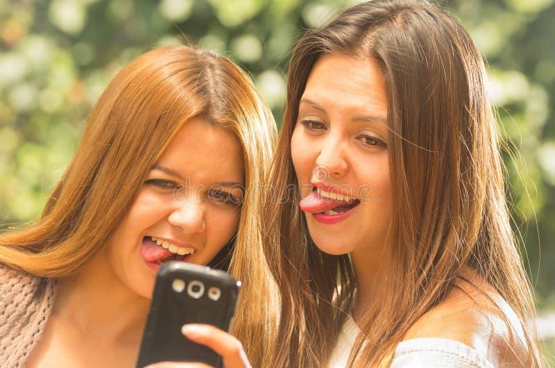 Meninas que levantam fora para o selfie fotos de stock royalty free