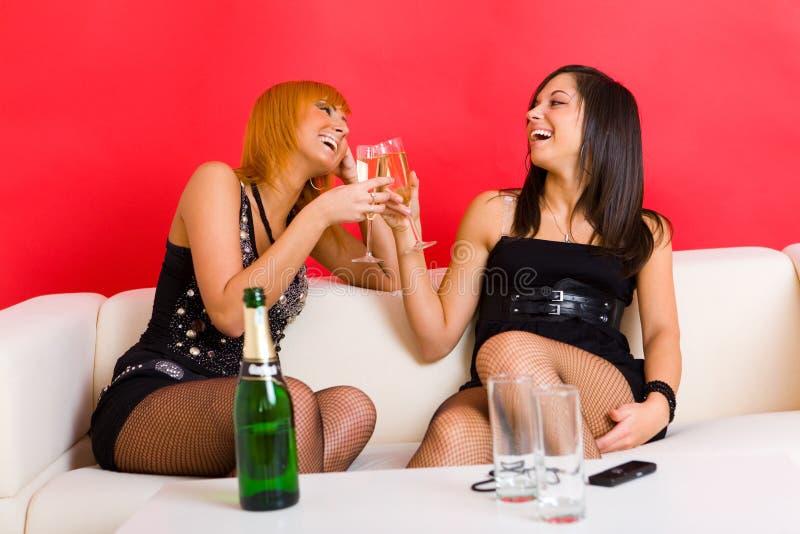 Meninas que levantam o brinde foto de stock