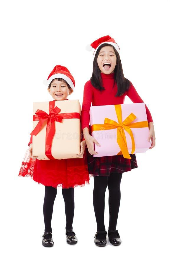 meninas que mostram a caixa de presente do Natal imagem de stock