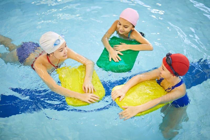 Meninas que nadam na associação foto de stock