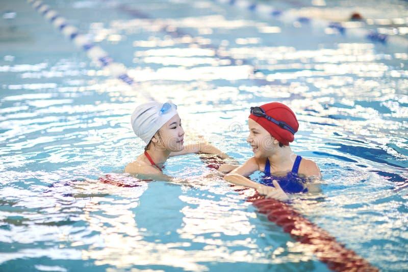 Meninas que nadam na associação imagens de stock royalty free