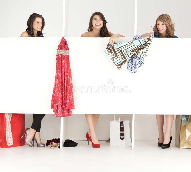 Meninas que olham a roupa no wordrobe imagem de stock royalty free