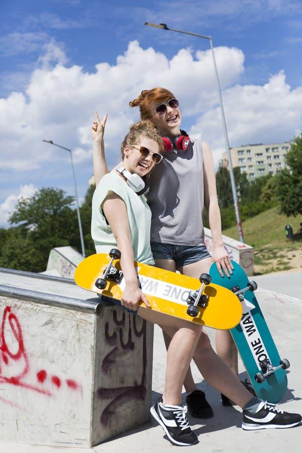 Meninas que passam o tempo no parque do patim imagens de stock royalty free