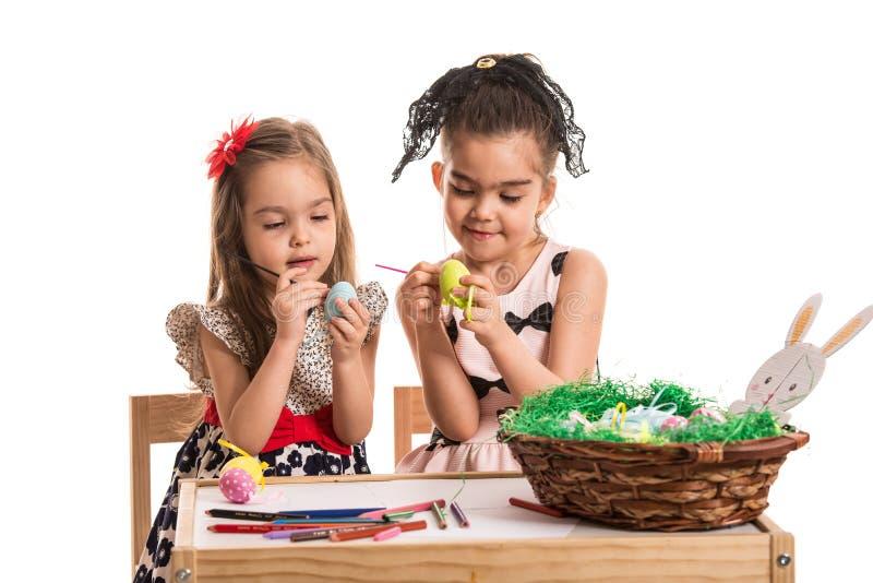 Meninas que pintam ovos da páscoa fotografia de stock royalty free