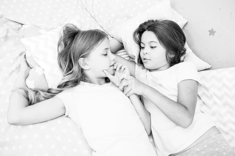 Meninas que relaxam na cama Conceito do partido de descanso As meninas apenas querem ter o divertimento Convide o amigo para o sl fotos de stock