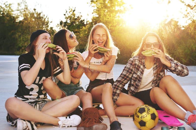 Meninas que têm o divertimento imagens de stock