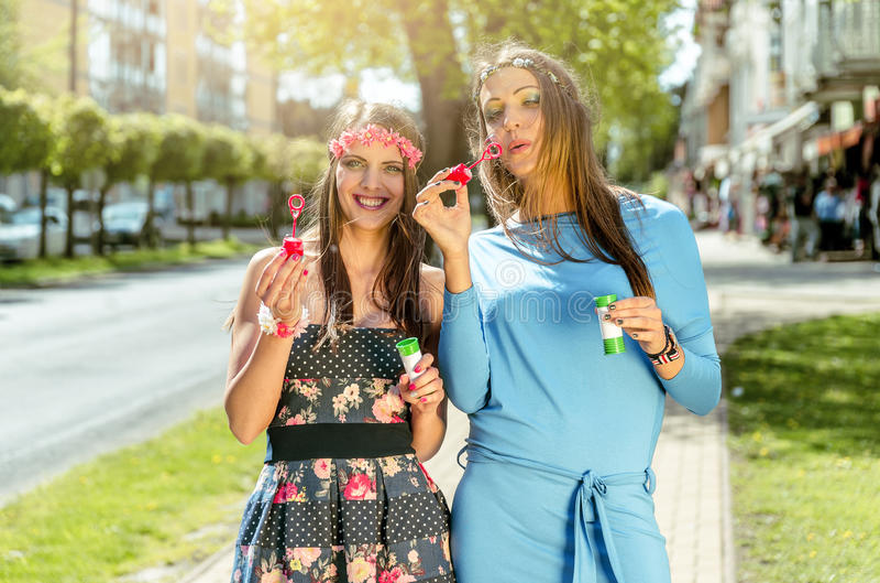 Meninas que têm o divertimento com bolhas fotos de stock royalty free