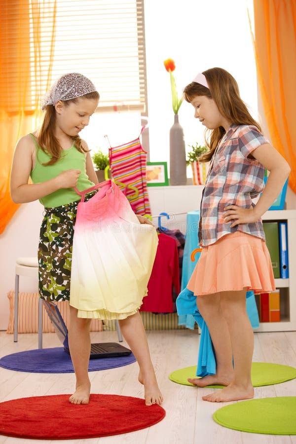 Meninas que têm o divertimento vestir-se acima imagens de stock