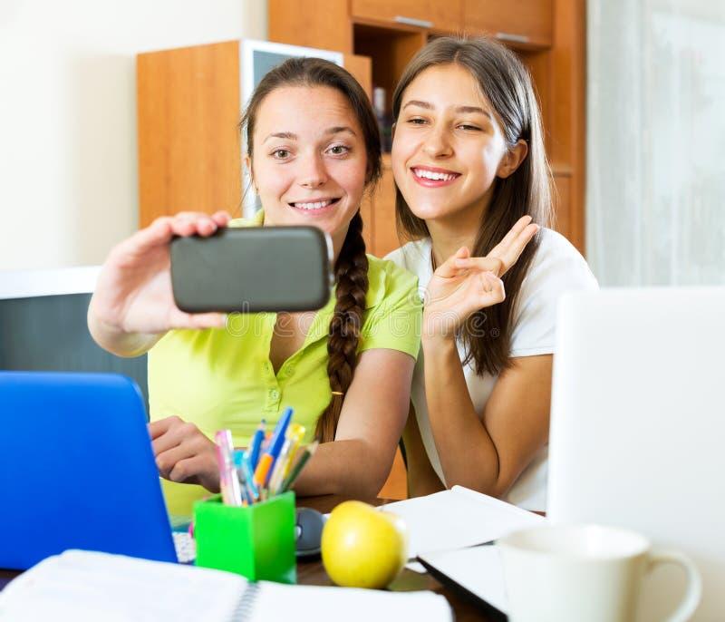 Meninas que tomam uma foto do selfie imagens de stock royalty free