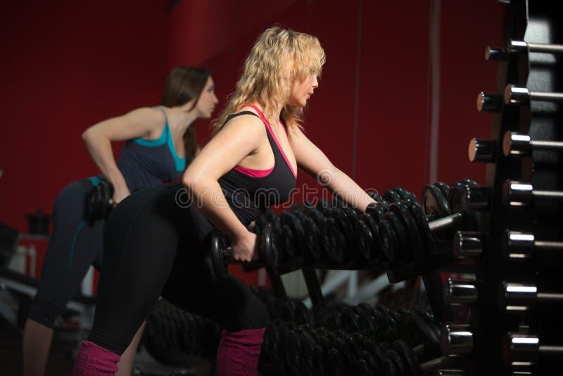 Meninas que treinam com freeweights fotografia de stock royalty free