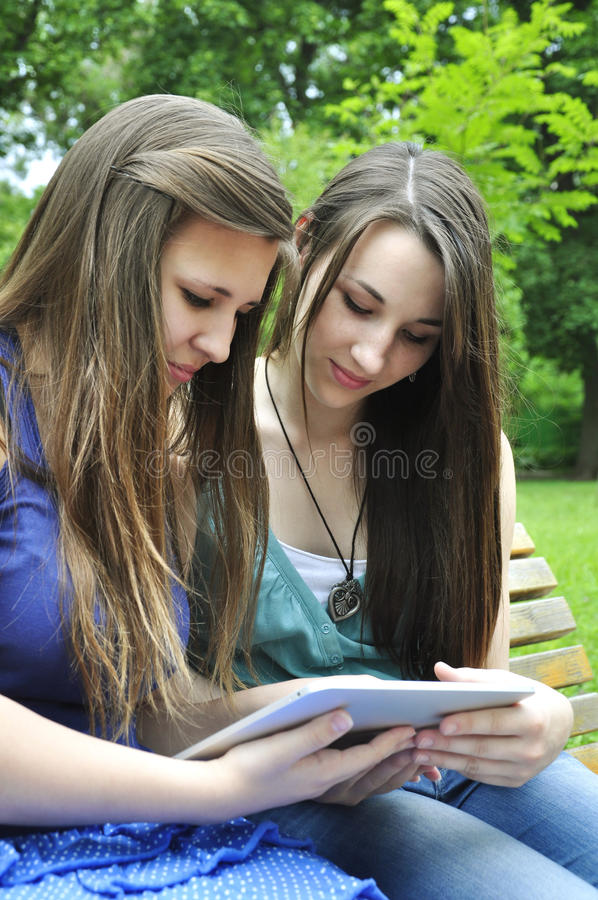 Meninas que usam um PC da tabuleta fotos de stock