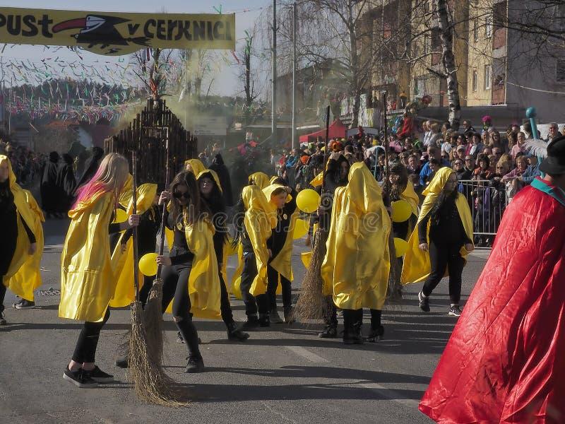 Meninas que vestem capas amarelas foto de stock