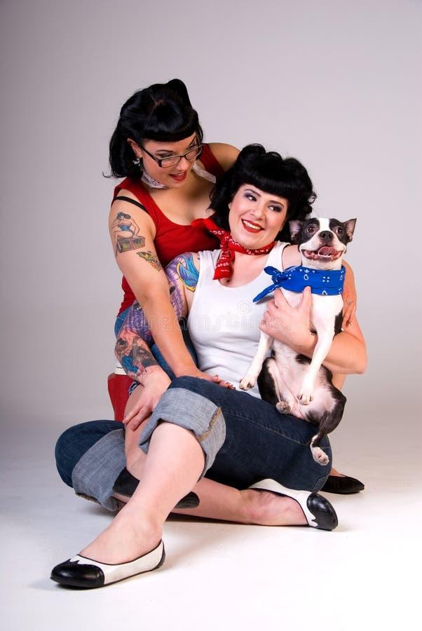 Meninas retros e cão da forma. imagens de stock royalty free
