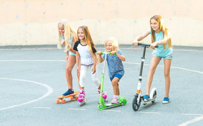 Meninas se preparando para competir foto de stock