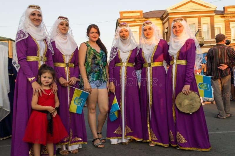 Meninas turcas nos hijabs e menina ucraniana durante o festival fotografia de stock royalty free