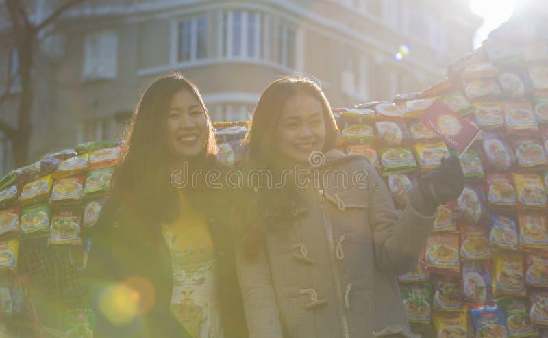 Meninas vietnamianas felizes - parada chinesa do ano novo, Paris 2018 fotografia de stock royalty free