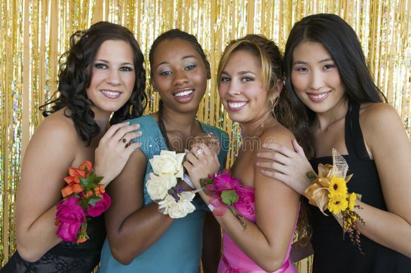 Meninas Well-dressed do adolescente na dança da escola foto de stock royalty free