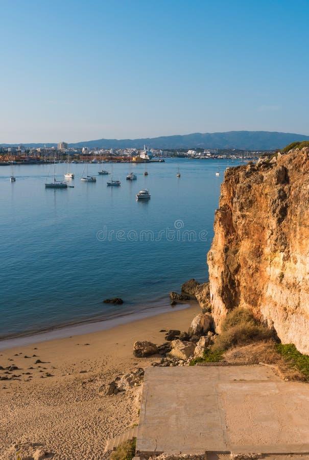 Download Mening Aan De Jachtjachthaven Van Portimao Mening Van Het Strand Van Stock Foto - Afbeelding bestaande uit kust, kustlijn: 107705994