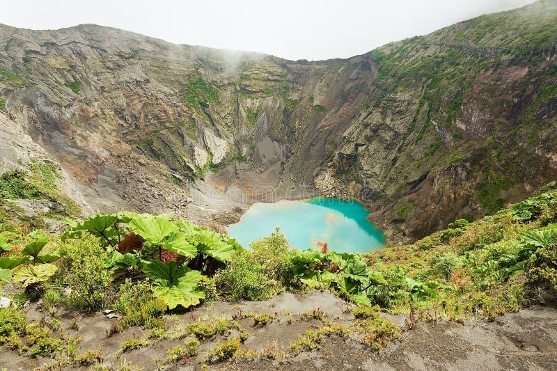 Mening aan de krater van de actieve die vulkaan van Irazu in de Cordillera Centraal in Costa Rica wordt gesitueerd stock foto's
