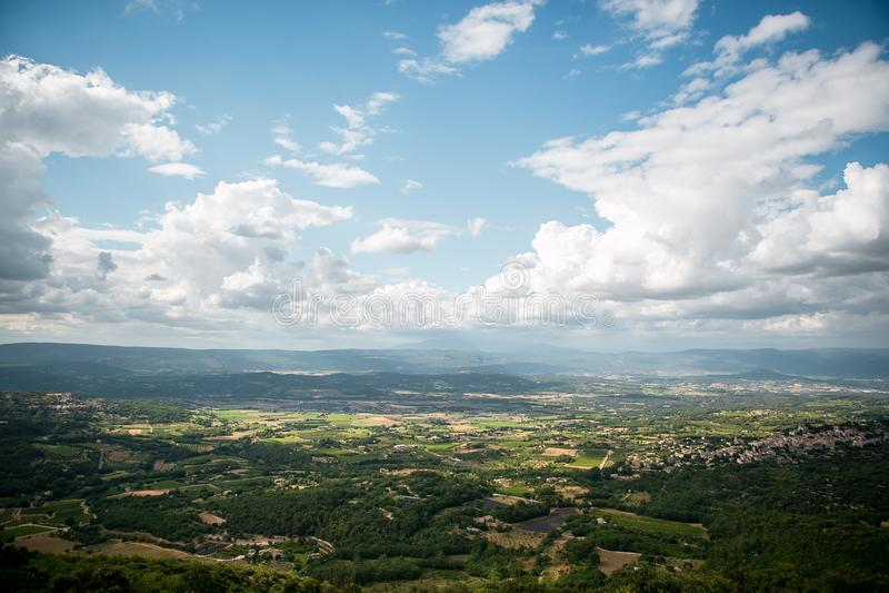 Mening aan de oude stad van Bonnieux in de Provence Frankrijk stock afbeeldingen
