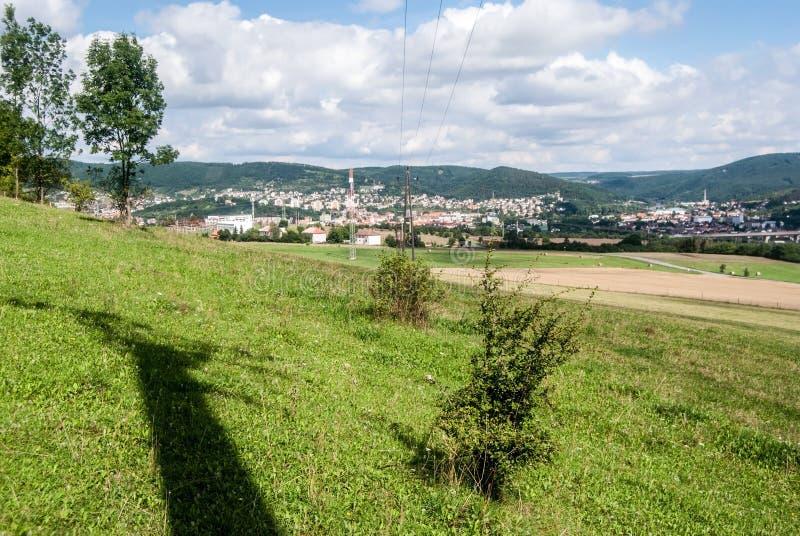 Mening aan de steden van Beroun en van Kraluv Dvur van Damil-heuvel stock afbeelding