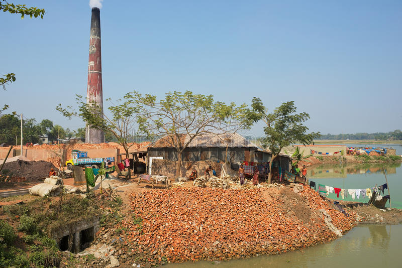 Mening aan de traditionele baksteenfabriek in Dhakka, Bangladesh stock fotografie