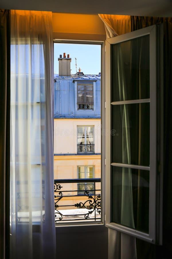Mening aan de typische bouw in Parijs stock foto