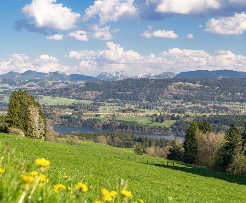 Mening aan dorpen door bossen, water en bergen worden omringd die beieren royalty-vrije stock foto's