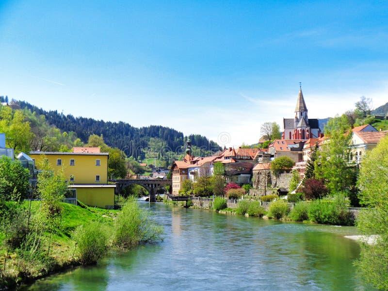 mening aan een rivier met een huis naast in de lentetijd stock fotografie