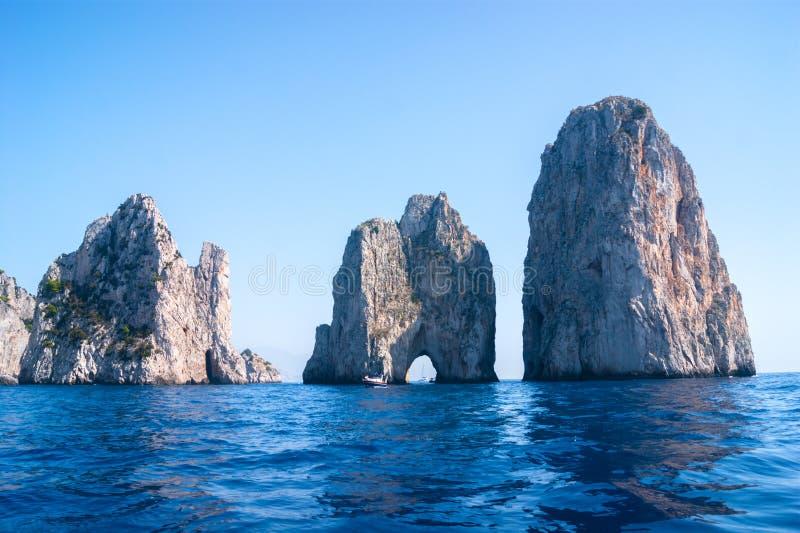 Mening aan Faraglioni-rotsen royalty-vrije stock fotografie