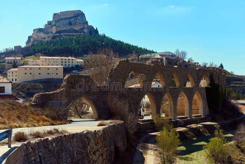 Mening aan het aquaduct en het Morella kasteel spanje stock foto's